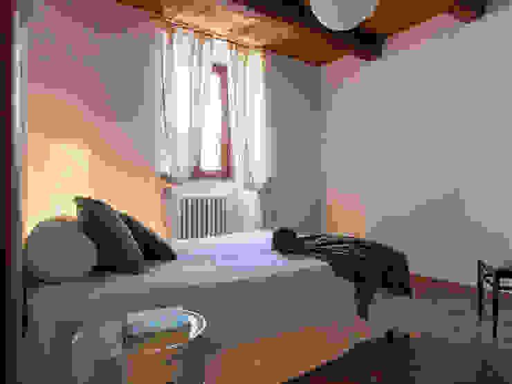 Foto CAMERA DA LETTO (lato nord) appartamento ristrutturato DOPO il nostro intervento, VENDUTO PROPERTY TALES Camera da letto in stile rustico