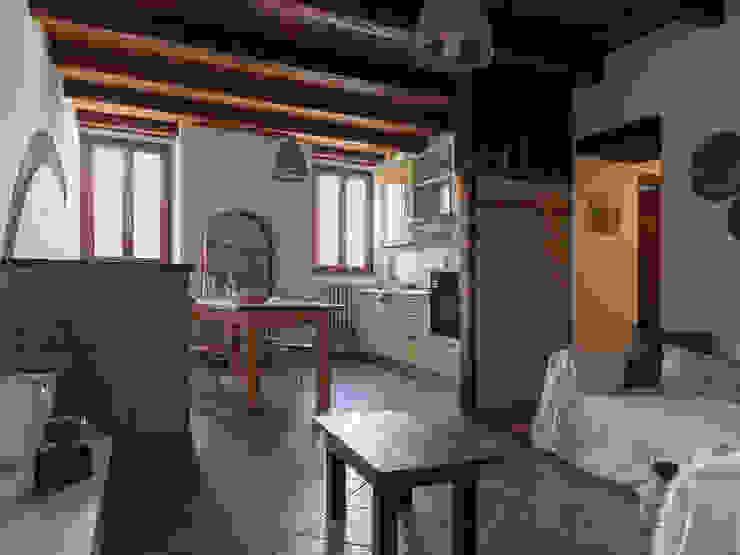 Foto SOGGIORNO appartamento ristrutturato DOPO il nostro intervento, VENDUTO PROPERTY TALES Soggiorno in stile rustico