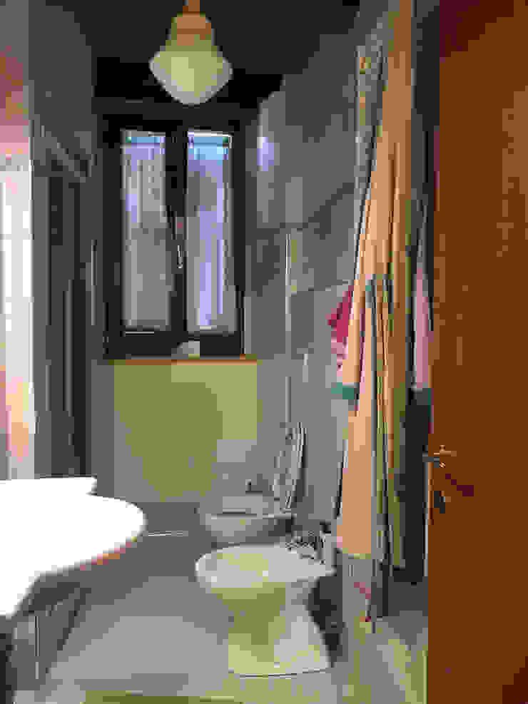Foto BAGNO appartamento ristrutturato in vendita, PRIMA del nostro intervento PROPERTY TALES Bagno in stile rustico