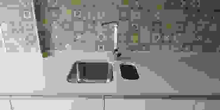 Cozinha irreverente e divertida Home 'N Joy Remodelações Cozinhas embutidas Bege