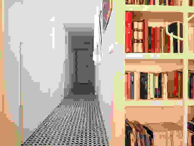 Pasillo Simona Garufi Pasillos, vestíbulos y escaleras de estilo moderno