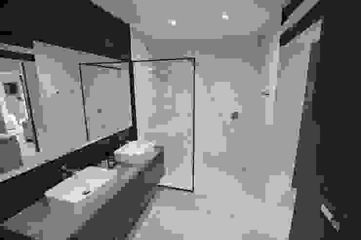 Master Bathroom Holloway and Davel architects Modern bathroom Bricks Black