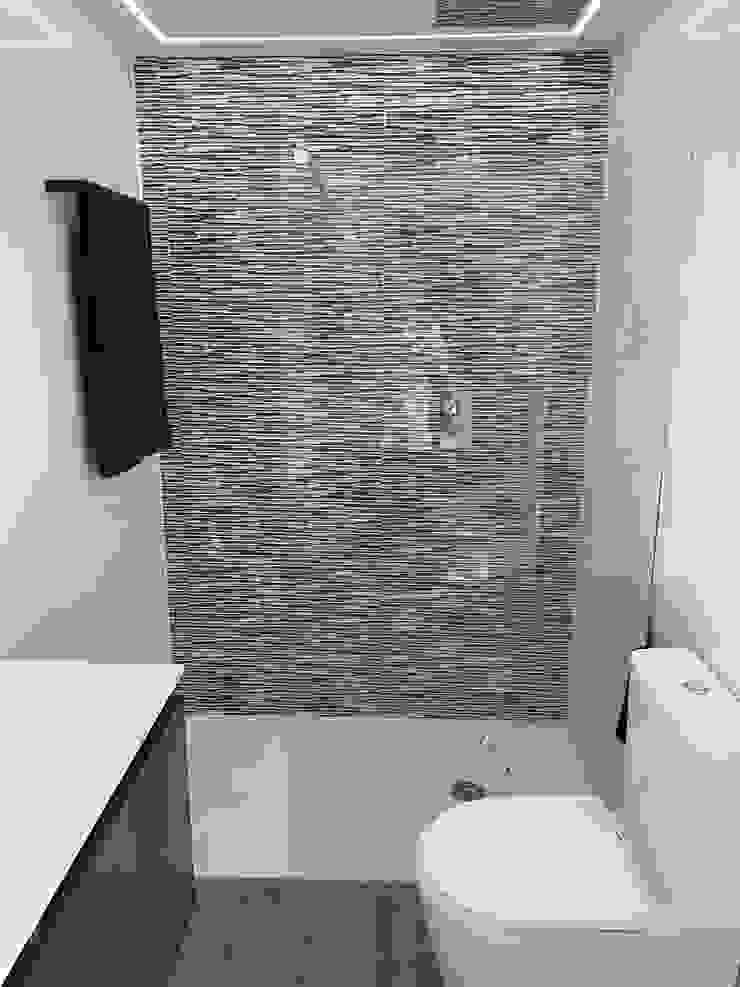 Refovert S.L. Modern style bathrooms Tiles White