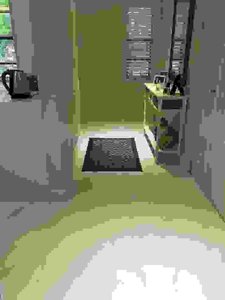 Refovert S.L. Modern corridor, hallway & stairs Wood White