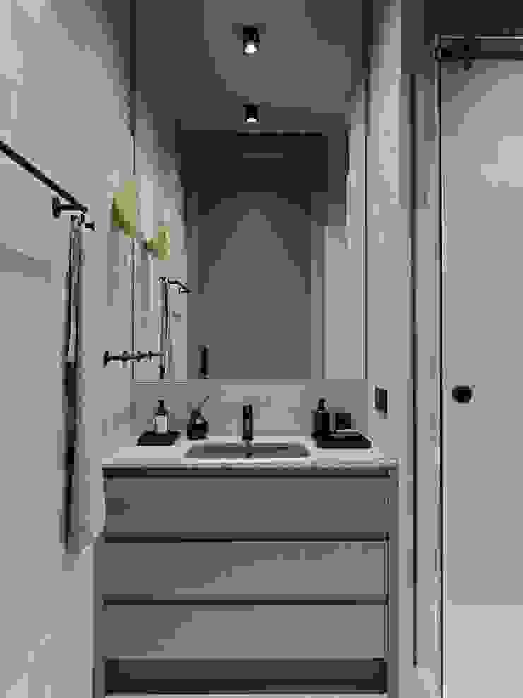 Дизайн бюро Татьяны Алениной Modern bathroom Grey