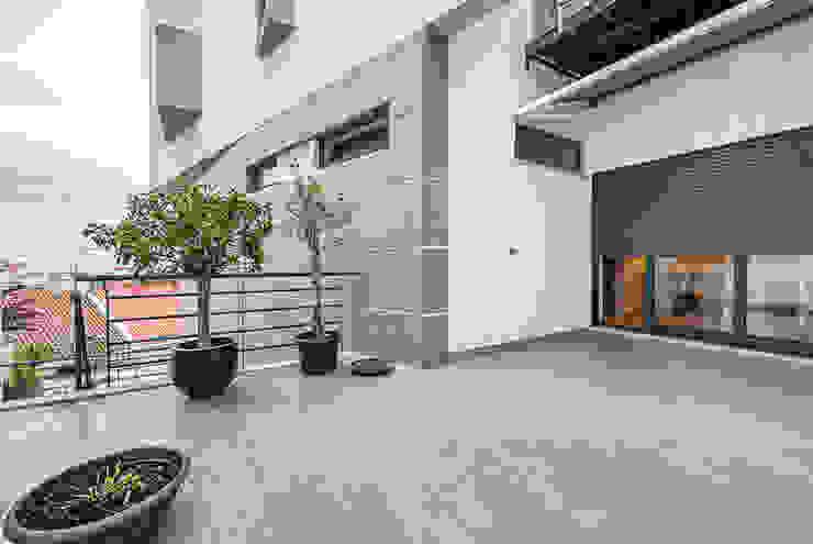 Janine Martins - Consultora Imobiliária | Arquitecta | Home Staging Modern balcony, veranda & terrace