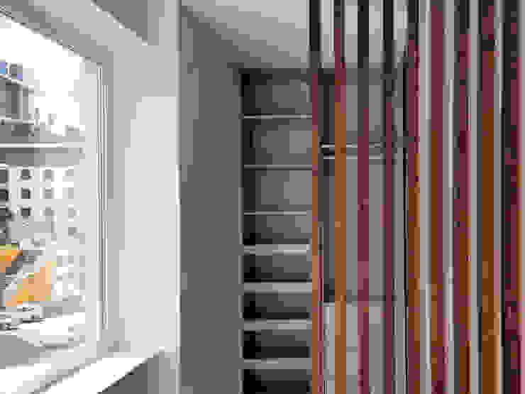 Closet ARCHDESIGN LX Closets modernos Madeira maciça Acabamento em madeira