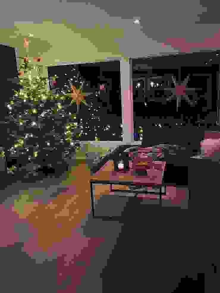 Stylish Open plan living room, London STAAC Modern living room Wood Black