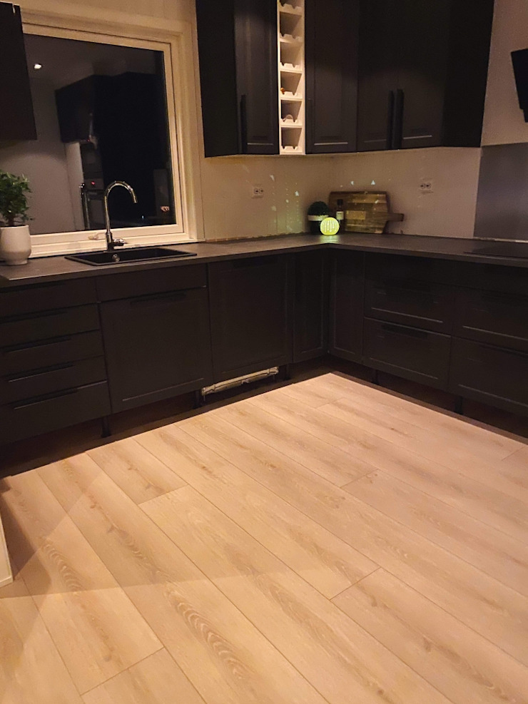Stylish Open plan living room, London STAAC Built-in kitchens Wood Black