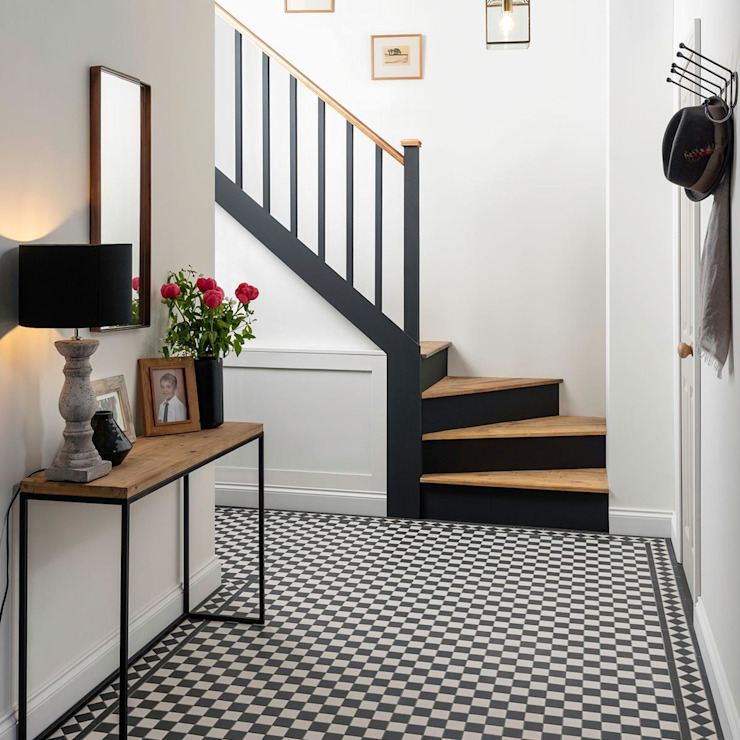 FHM Fliesenhaus München GmbH Classic corridor, hallway & stairs Tiles
