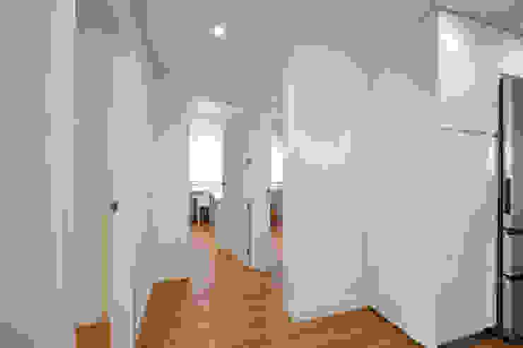 NEXUM ADAPTA SL Modern corridor, hallway & stairs