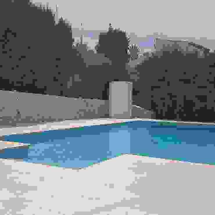 Hemme & Cortell Construcciones S.L. Giardino con piscina Cemento Beige