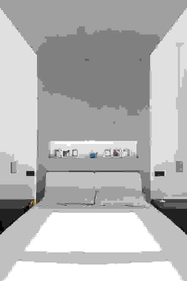 Andrea Orioli Cuartos de estilo minimalista Concreto Gris