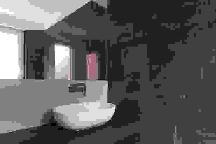 Andrea Orioli Baños de estilo minimalista Cerámico Marrón