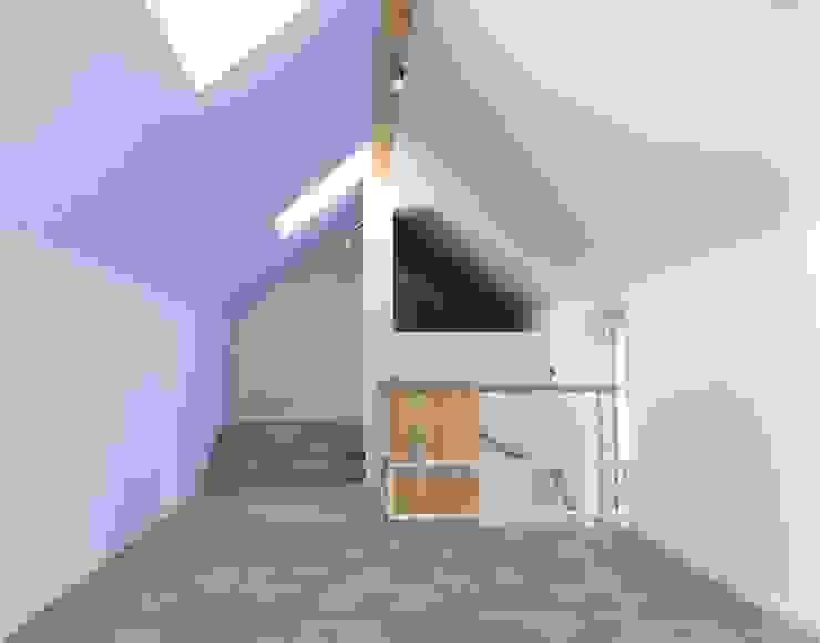 Lila stimmt freundlich und fördert Gelassenheit archipur Architekten aus Wien Minimalistische Wohnzimmer Lila/Violett
