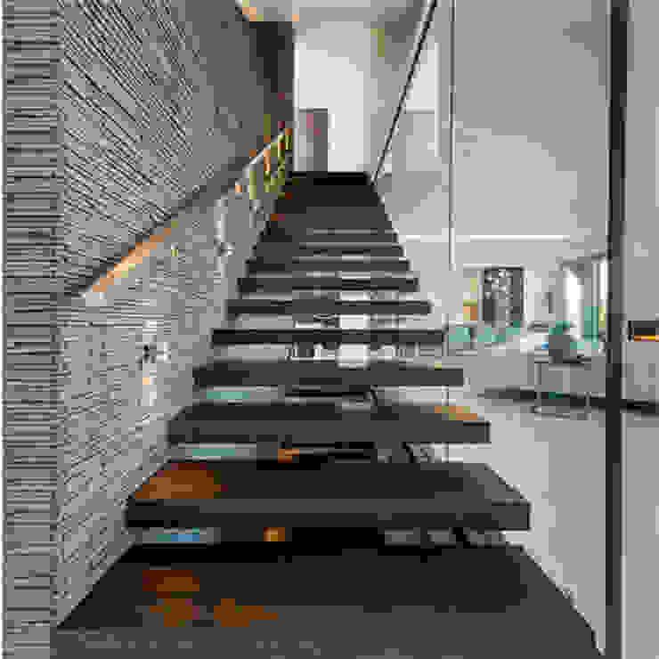 كاسل للإستشارات الهندسية وأعمال الديكور والتشطيبات العامة Corridor, hallway & stairsStairs Stone Yellow