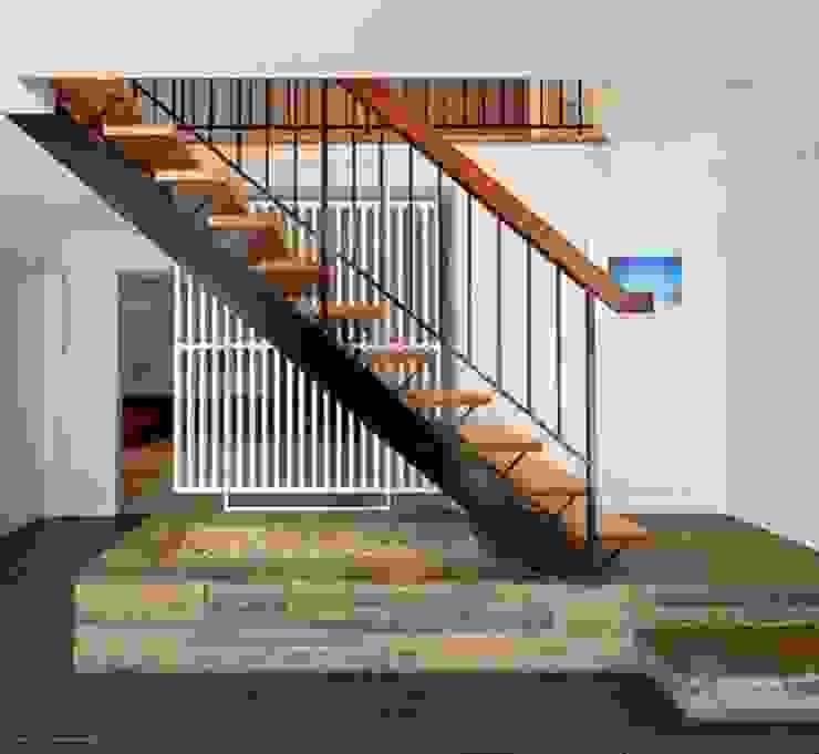 كاسل للإستشارات الهندسية وأعمال الديكور والتشطيبات العامة Corridor, hallway & stairsStairs Synthetic Metallic/Silver