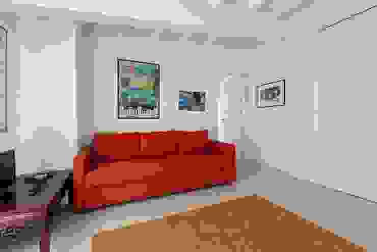 zona giorno con divano letto Filippo Zuliani Architetto Soggiorno moderno Ceramica Bianco