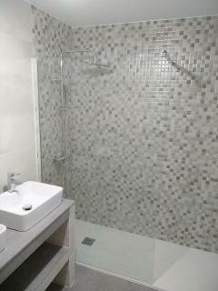 David Mateos García Modern bathroom Tiles Grey
