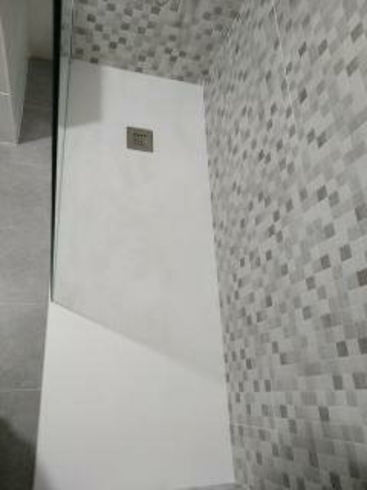 David Mateos García Modern bathroom Stone White