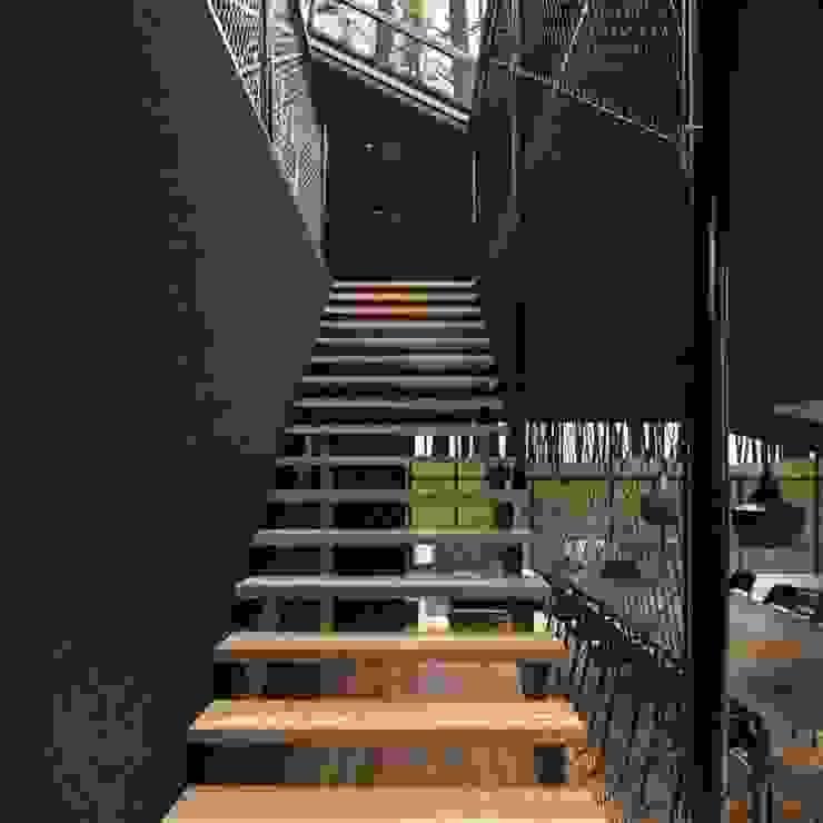 كاسل للإستشارات الهندسية وأعمال الديكور والتشطيبات العامة Corridor, hallway & stairsStairs MDF Black