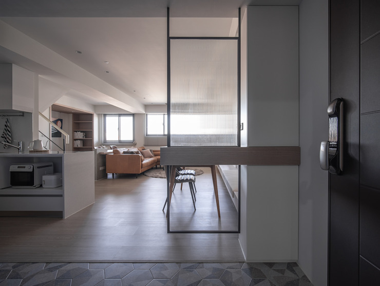 樓中樓 | 玄關屏風 有隅空間規劃所 Scandinavian style corridor, hallway& stairs Tiles White