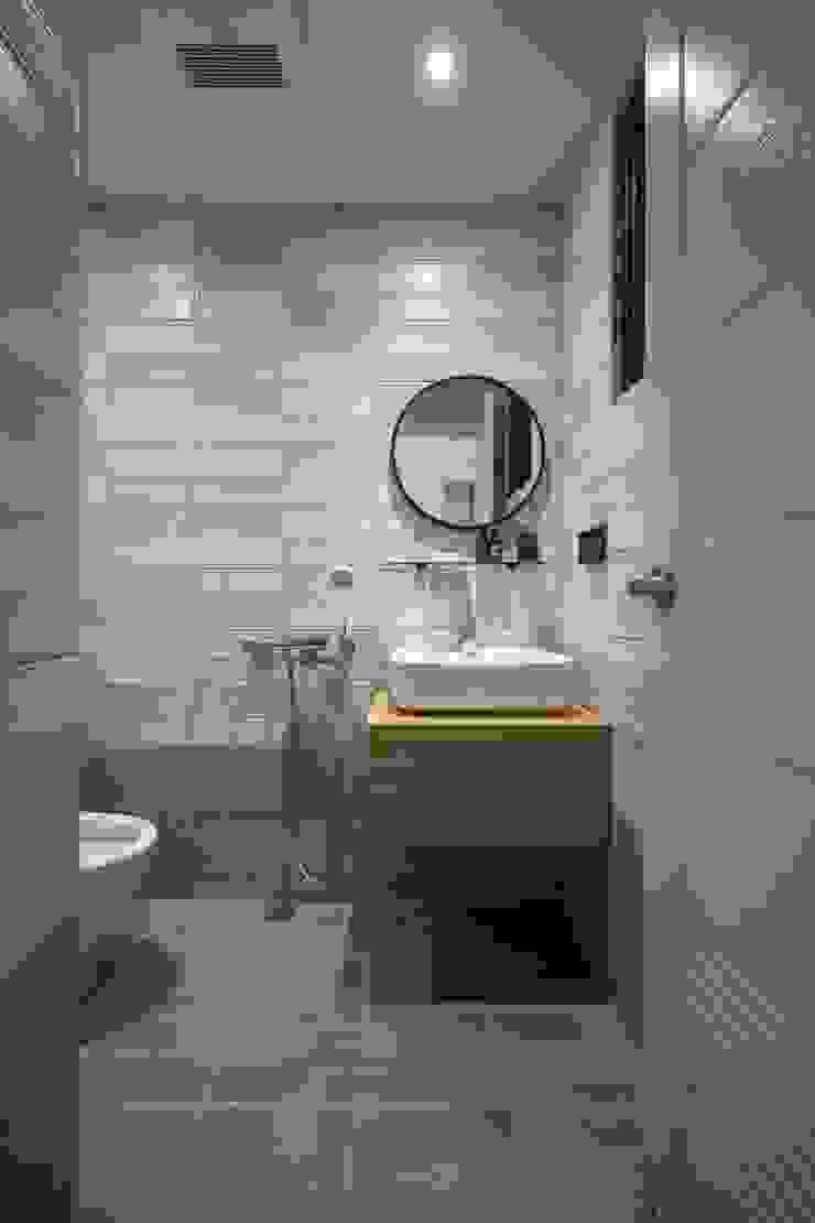樓中樓 | 1F 浴室 有隅空間規劃所 Scandinavian style bathroom Tiles Grey