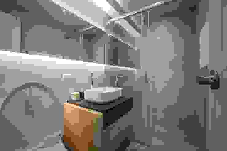 樓中樓 | 2F 主臥浴室 有隅空間規劃所 Scandinavian style bathroom Tiles Grey