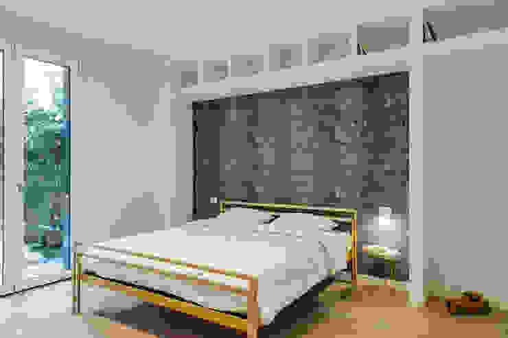 Camera Matrimoniale Camera da letto moderna di Yome - your tailored home Moderno