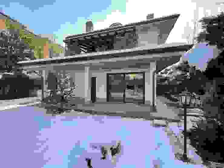 Nuova finestra facciata esterna di Yome - your tailored home Moderno