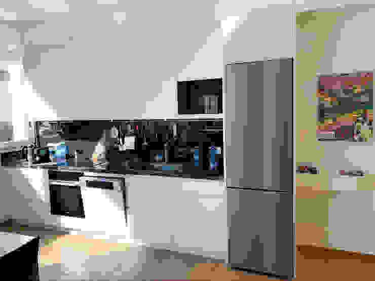 Cucina a vista su misura Filippo Zuliani Architetto Cucina moderna Bianco