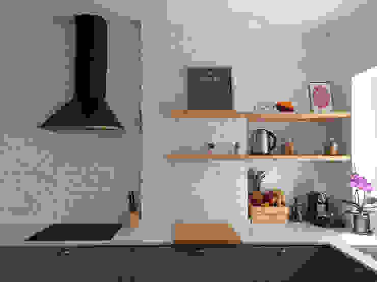 Apontamento com prateleiras em madeira. Desenho Branco Cozinhas industriais