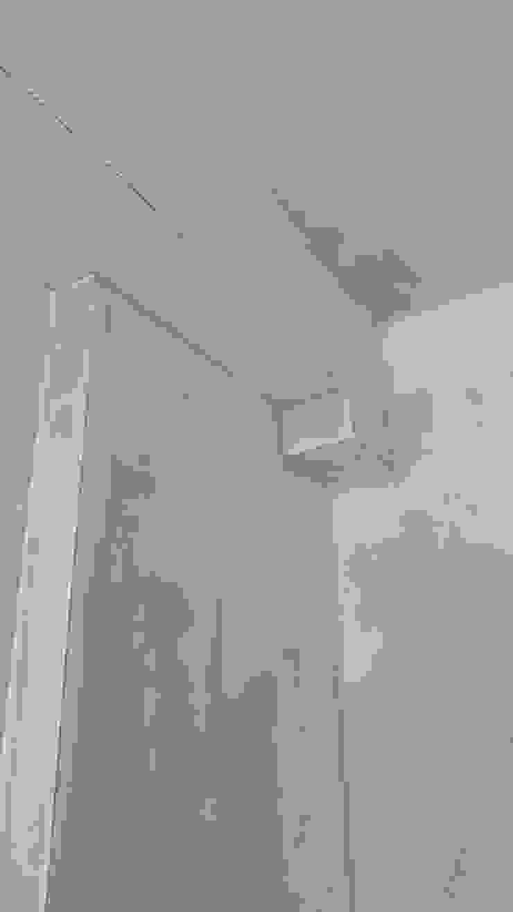 Realizzazione veletta in cartongesso per la copertura pilastro C.M.E. srl Camera da letto piccola Bianco