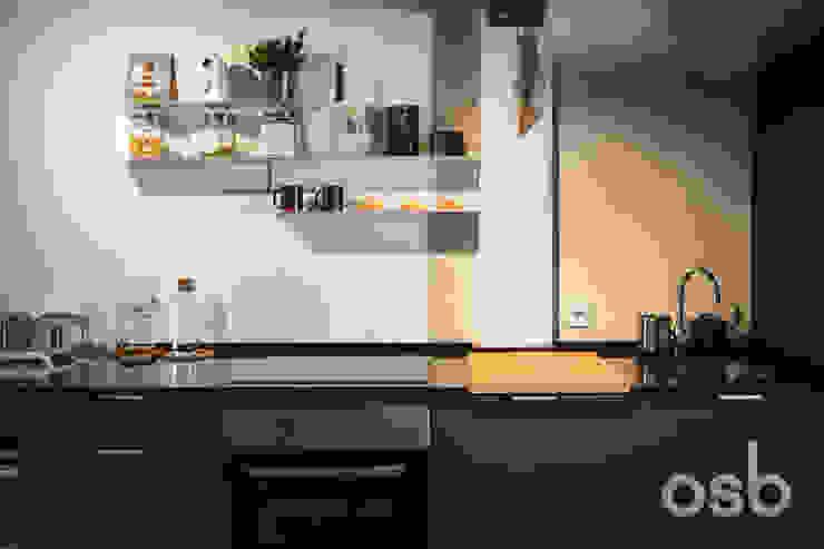 cocina osb arquitectos Cocinas de estilo rústico Negro