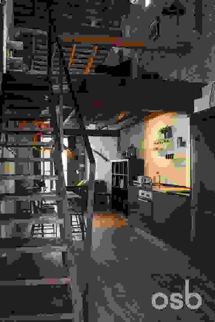 altillo + escalera osb arquitectos Dormitorios de estilo rústico Acabado en madera