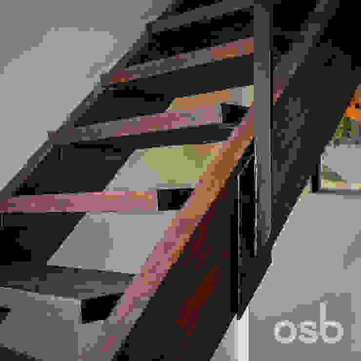 detalle escalera osb arquitectos Vestíbulos, pasillos y escalerasEscaleras Acabado en madera