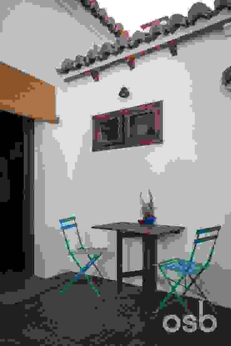 terraza osb arquitectos Balcones y terrazas de estilo rústico Blanco