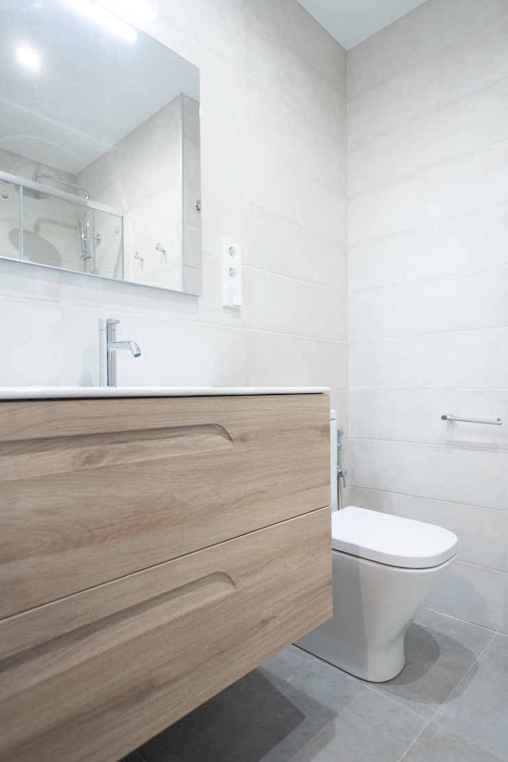 Baño renovado Grupo Inventia Baños de estilo moderno Azulejos Beige