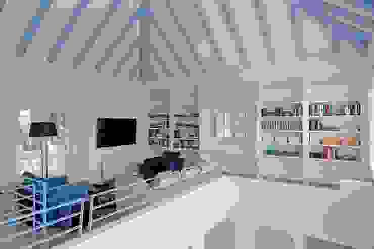 Quark Arquitectura Ruang Media Gaya Mediteran
