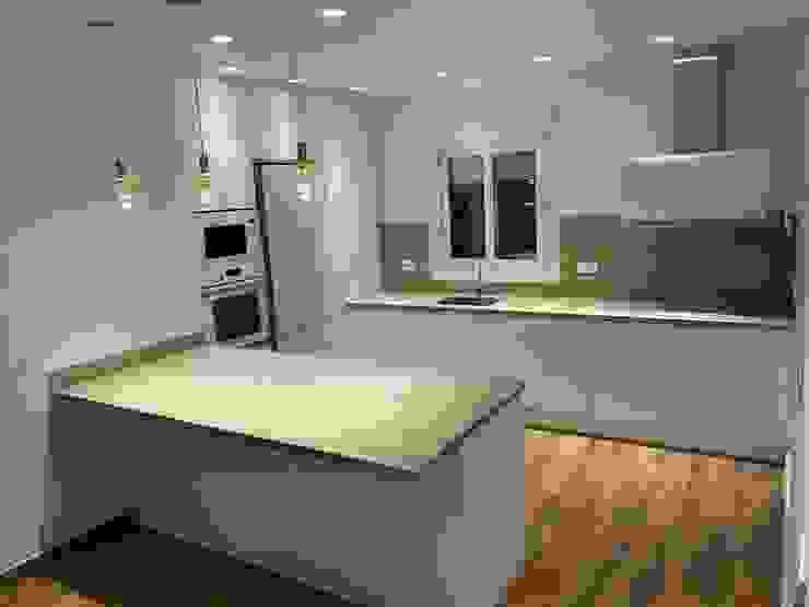 Iluminación de cocina integrada en salón. Techluz Iluminación Cocinas integrales