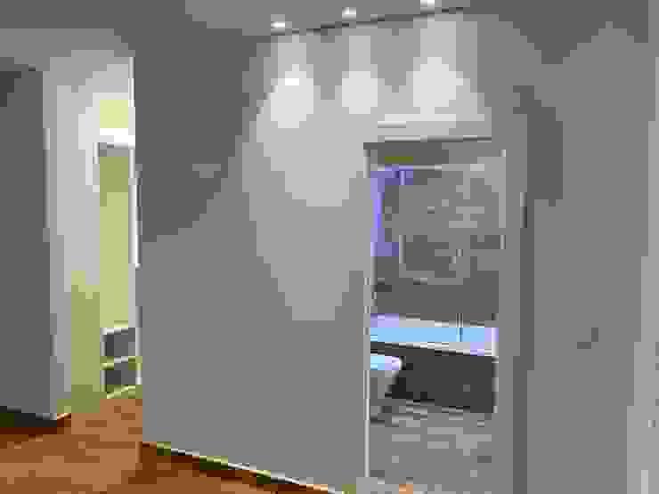 Entrada a baño y vestidor desde dormitorio principal Techluz Iluminación Dormitorios de estilo moderno