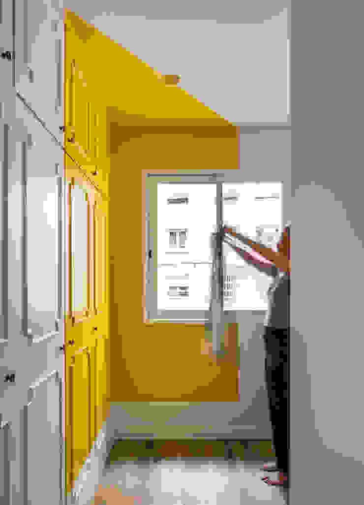 Vivienda en Ciudad Universitaria tambori arquitectes Dormitorios de estilo moderno Amarillo