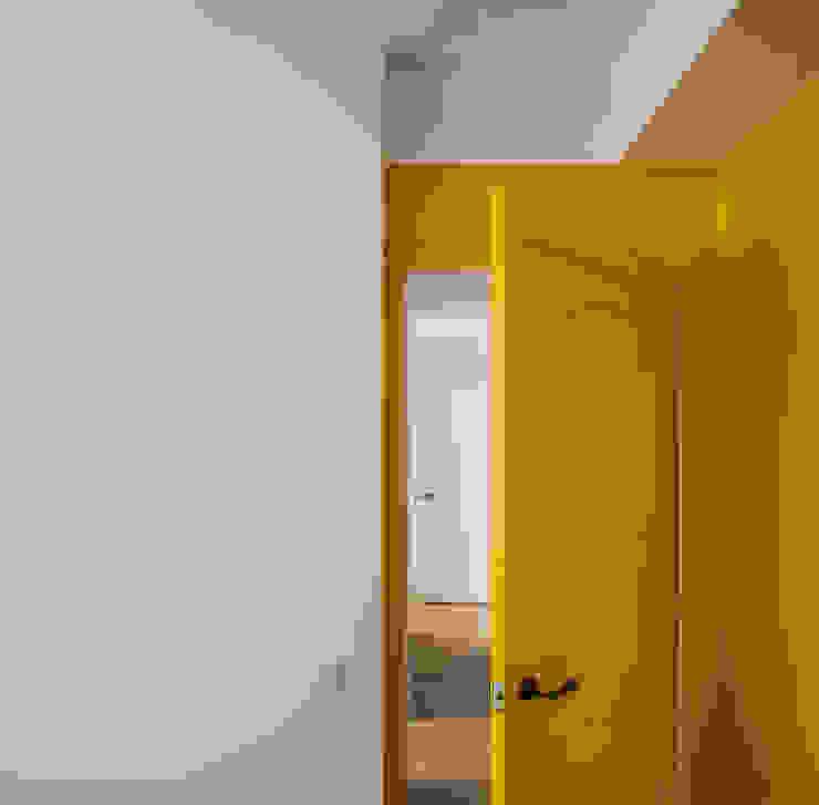 Vivienda en Ciudad Universitaria tambori arquitectes Puertas modernas Amarillo