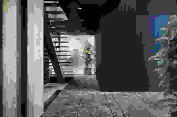 B&H Evi – Urla VERO CONCEPT MİMARLIK Modern Koridor, Hol & Merdivenler