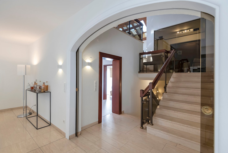Cornelia Augustin Home Staging Classic style corridor, hallway and stairs