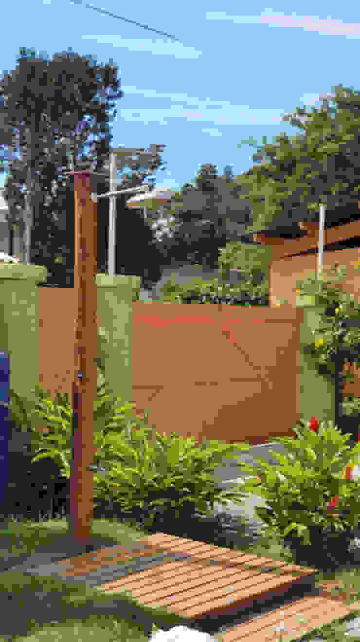 Portões entrada e chuveirão Lucia Helena Bellini arquitetura e interiores Hotéis tropicais Madeira maciça Multi colorido