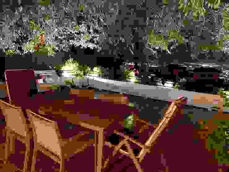 Terraza con zona de comedor Techluz Iluminación Balcones y terrazas de estilo clásico