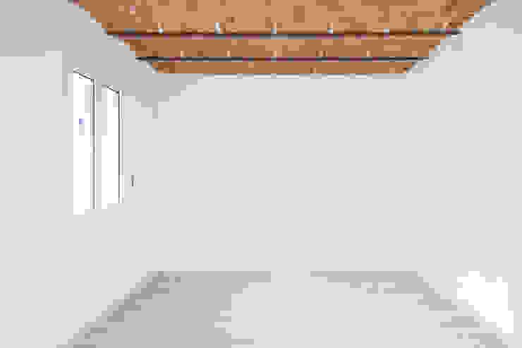 Salón renovado Grupo Inventia Salas de estilo mediterraneo Concreto Beige