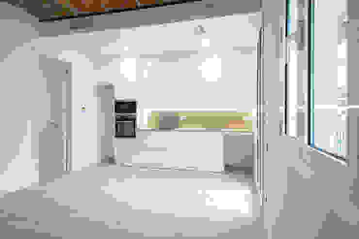 Cocina abierta Grupo Inventia Cocinas de estilo mediterráneo Compuestos de madera y plástico Blanco