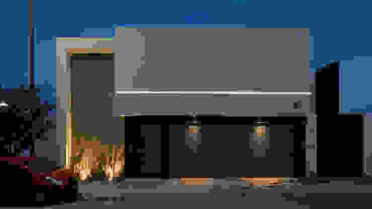 Fachada vista de noche GRUPO VOLTA Casas unifamiliares Vidrio Gris